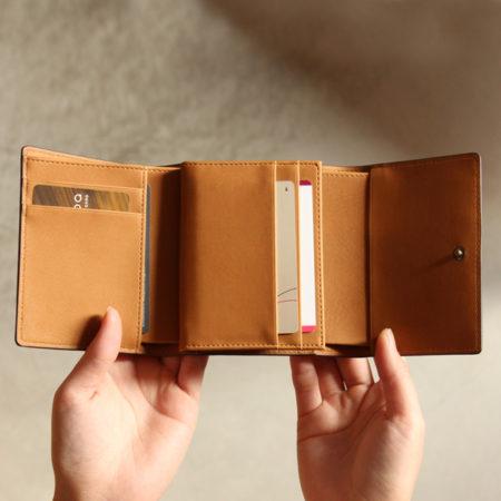 コンパクトでも収納豊富な三つ折り財布