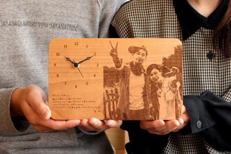 感謝の想いを刻む木製メッセージ時計