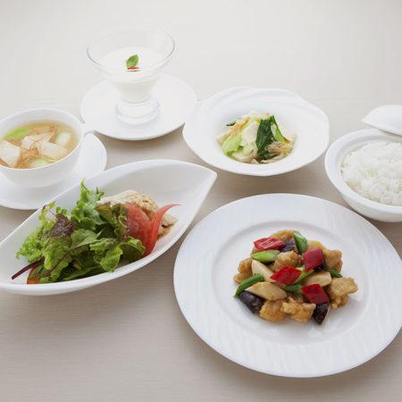 メイン料理が二種類のお得なランチ「百合」