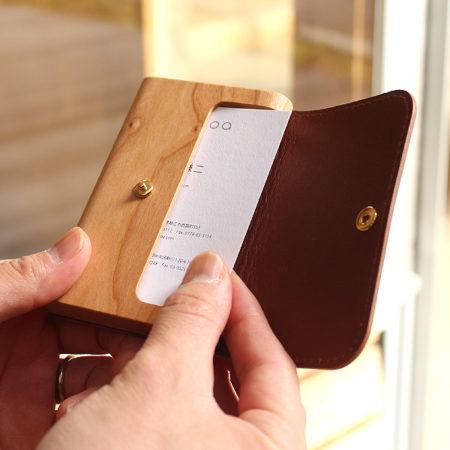 【新商品】木と革で出来たカードケース